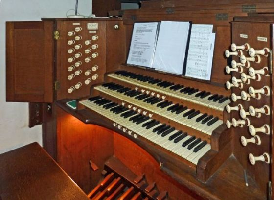 Console of the organ by A. Hunter and Sons (1924) in the church of St Augustine of Canterbury, Highgate, London N6. (Source: National Pipe Organ Register)