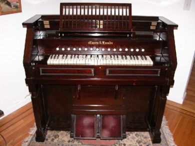A Mason & Hamlin Reed Organ (1918) Style 86 K; to give an idea of the temporary instrument described in the parish records.,
